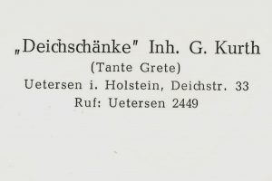 """Adressangabe auf der Rückseite der Postkarte. Neben dem offiziellen Namen wird sicherheitshalber die allgemein gebräuchliche Bezeichnung """"Tante Grete"""" gleich mit angegeben. (Archiv Stadt- und Heimatgeschichtliches Museum Uetersen)"""