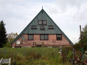 """Das ehemalige Gasthaus """"Deichschänke"""" im Jahre 2012. (Foto: Matthias Bunzel)"""